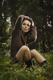 Romantisches und reizvolles Mädchen in einer Strickjacke Lizenzfreie Stockfotos