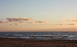 Romantisches und träumerisches Panorama des Meeres von †‹â€ ‹versilia in Toskana ein ruhiger Tag trotz der Kälte des Winters stockfotografie