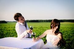 Romantisches ungewöhnliches Heiratsfreien von liebevollen Paaren in den Turnhallenschuhen Stockbild