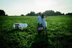 Romantisches ungewöhnliches Heiratsfreien von liebevollen Paaren in den Turnhallenschuhen Lizenzfreies Stockfoto