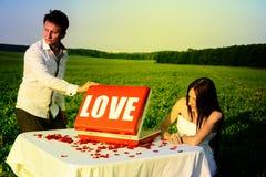 Romantisches ungewöhnliches Heiratsfreien von liebevollen Paaren in den Turnhallenschuhen Lizenzfreies Stockbild