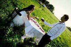Romantisches ungewöhnliches Heiratsfreien von liebevollen Paaren in den Turnhallenschuhen Stockfotos