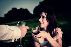 Romantisches ungewöhnliches Heiratsfreien von liebevollen Paaren in den Turnhallenschuhen Stockbilder