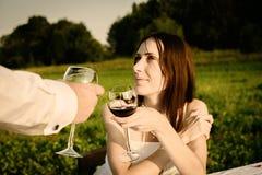 Romantisches ungewöhnliches Heiratsfreien von liebevollen Paaren in den Turnhallenschuhen Stockfotografie