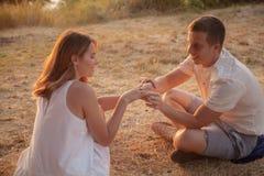 Romantisches Verhältnis des Mannes und der Frau stockfotos