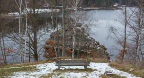 Romantisk bänk i naturen, dag för St-valentin` s Arkivbilder