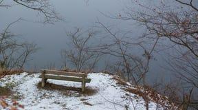 Romantisk bänk i naturen, dag för St-valentin` s Royaltyfri Fotografi
