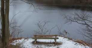 Romantisk bänk i naturen, dag för St-valentin` s Arkivfoton