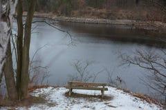Romantisk bänk i naturen, dag för St-valentin` s Arkivfoto
