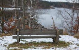 Romantisk bänk i naturen, dag för St-valentin` s Arkivbild
