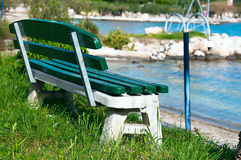 Romantisk bänk på sjösidan Royaltyfri Foto