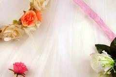 Romantisk bakgrund för bröllop med rosor arkivbilder