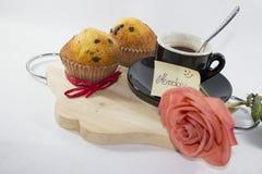 Romantisk bakgrund för frukost, med sötsaker, kaffe och en ros royaltyfri fotografi