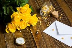 Romantisk bakgrund med gula rosor som ligger på en trätabell Fotografering för Bildbyråer
