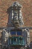 Romantisk balkong på väggen för röd tegelsten (Bruges, Belgien) Arkivbilder