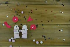 Romantisk bild för vintersäsongfotografi med marshmallower som formas som att sova på snögubben med med is leenden och ordförälsk Fotografering för Bildbyråer