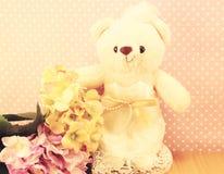 Romantisk björn för stilleben på begrepp för bröllopplatsförälskelse Arkivfoton