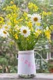 Romantisk blick: bukett av lösa blommor som slås in i ett ark av välling Arkivbild