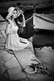 Romantisk blond kvinna med hatten och långt hår i port tätt foto för black upp white Fotografering för Bildbyråer