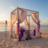 Romantisk brölloptabell på tropisk karibisk strand Arkivfoto