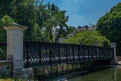 Romantisk bro i en parkera i London i sommar - 1 Arkivbilder