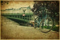 Romantisk bro och cykel i Paris. Tappningfoto Arkivfoto