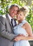 Romantisk brud och brudgum Embracing Outdoors arkivfoto