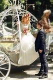 Romantisk brud och brudgum för sagabrölloppar som poserar i mag Royaltyfri Foto