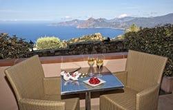 Romantisk drink i Korsika med jordgubbar och vin arkivbilder