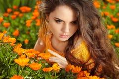 Romantisk flicka för skönhet utomhus. Härligt tonårs- modellflickapos. Fotografering för Bildbyråer
