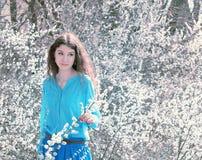Romantisk flicka i en blomstra gardenromantic flicka i en blomstra trädgård Royaltyfria Bilder