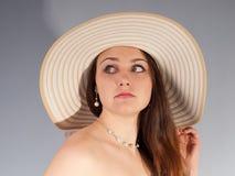 Romantisk flicka i hatt med länge tjockt tätt hår Royaltyfri Fotografi