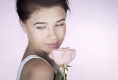 Romantisk flicka med en ros Arkivbild