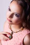 Romantisk flicka med grön halsbandtekniksoutache och i ett p Arkivbilder