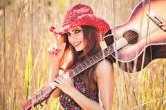 Romantisk flicka och gitarr härligt klänningmode blommar för fredfjäder för grön hippie långt barn för kvinna för stil Royaltyfri Bild