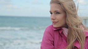 Romantisk flicka som drömmer på havskusten lager videofilmer