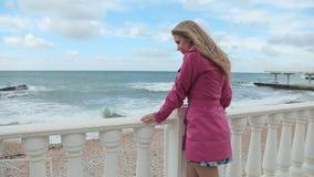 Romantisk flicka som drömmer på havskusten stock video
