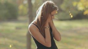 Romantisk flicka som under tycker om musik i hörlurar stock video