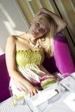 Romantisk flicka som vilar i cafe Royaltyfria Bilder