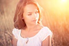 Romantisk flicka utomhus Royaltyfria Bilder