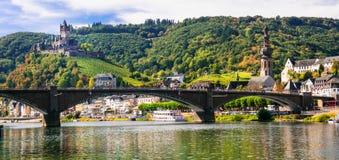 Romantisk flod Rhein - medeltida Cochem stad Sikt av bron och Fotografering för Bildbyråer