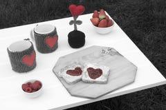 Romantisk frukost i en trädgård Royaltyfri Foto