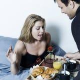 Romantisk frukost i säng royaltyfri foto