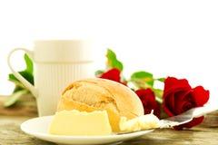Romantisk frukost med rosor Arkivfoto