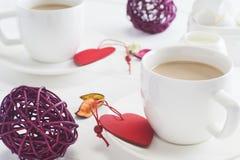 Romantisk frukost med vita koppar kaffe för par på vit Arkivbild