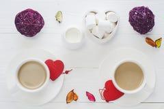 Romantisk frukost med vita koppar kaffe för par på vit Arkivfoton