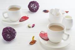 Romantisk frukost med vita koppar kaffe för par på vit Royaltyfria Foton