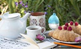 Romantisk frukost på frilufts- arkivfoton