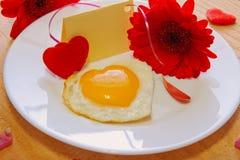 Romantisk frukost på valentin dag Royaltyfria Bilder