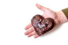 Romantisk gåva Chokladhjärta ligger gömma i handflatan på av din hand Arkivfoto